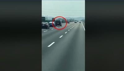 休旅車連12擦撞 駕駛被擋下滿臉血無意識