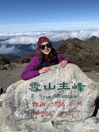 ▲房思瑜爬雪山,自然脫衣展現傲人辣曲線。(圖/TVBS提供)