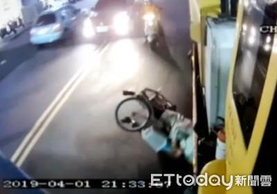 單車婦擦撞垃圾車摔倒 險遭輾頭!