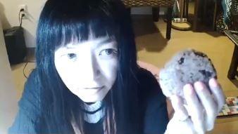 ▲▼日本Youtuber直播吃飯糰噎到。(圖/翻攝自sola Channel直播畫面)