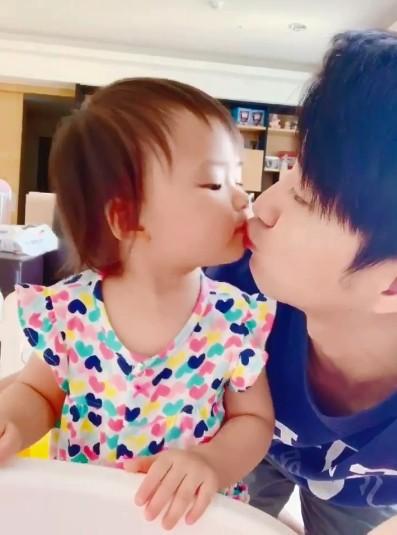 ▲江宏傑曬小小愛索吻影片。(圖/翻攝自Facebook/江宏傑)