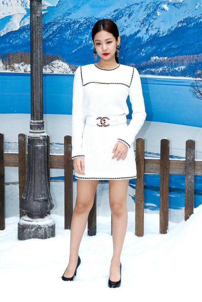Jennie身高163cm有逆天长腿!靠3招穿搭术「短版上衣、高腰裙最显高」
