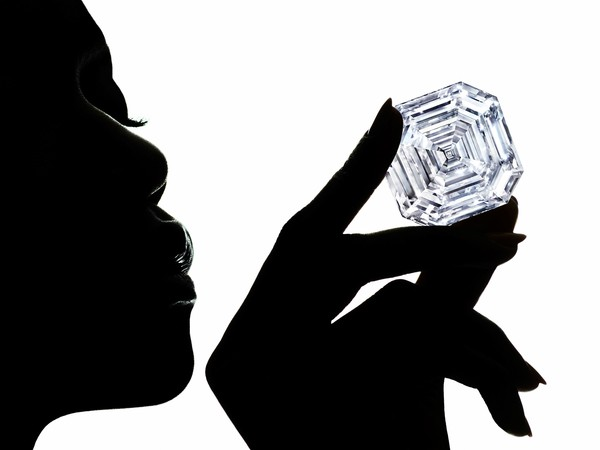 切出美钻是豪赌! GRAFF秀史上最大302克拉正方祖母绿形钻石