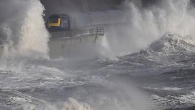世界最恐怖火車 不關窗就會被淹死