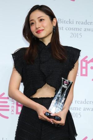 有著「小惡魔」、「國民妖精」之稱的石原聰美,在日本的魅力一點都不輸給新垣結衣。(東方IC)