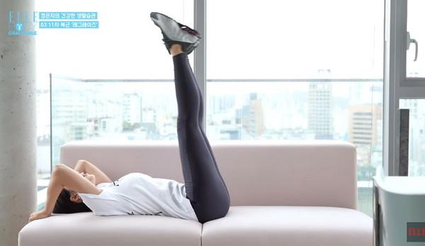 ▲Apink恩地穿貼身褲「蜜大腿」現形!親自示範-14kg運動秘訣。(圖/翻攝自YouTube/ELLE KOREA)
