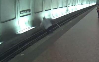 100kg視障男跌月台 地鐵進站前20秒救起