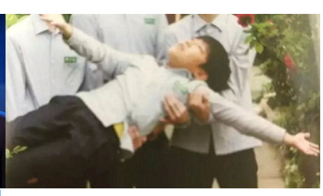 韓星搞笑畢業照。(圖/翻攝自《INSIGHT》)