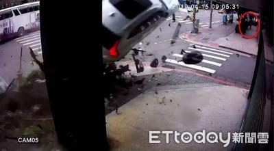 路過「25秒」...VOLVO休旅車後方噴飛 路人逃死劫