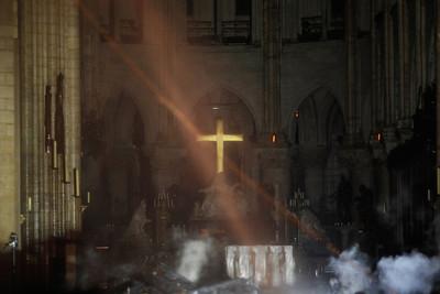 聖母院十字架沒事!信徒嗆「看了憑什麼不信神」被打臉:那是金熔點比較高