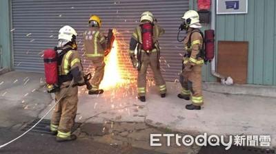台南安南區傳工廠火警 消防人員破門搶救