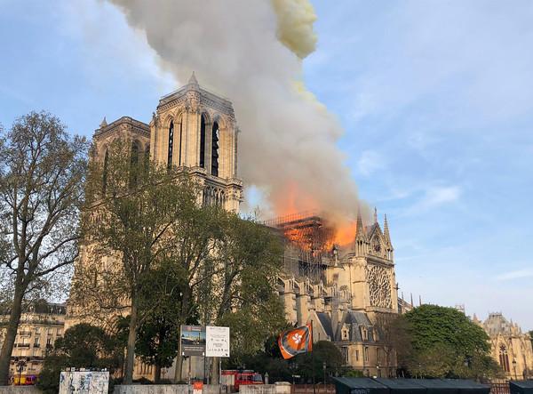 ▲擁有850年歷史的巴黎聖母院發生大火,中央尖塔已經被燒毀。(圖/美聯社)
