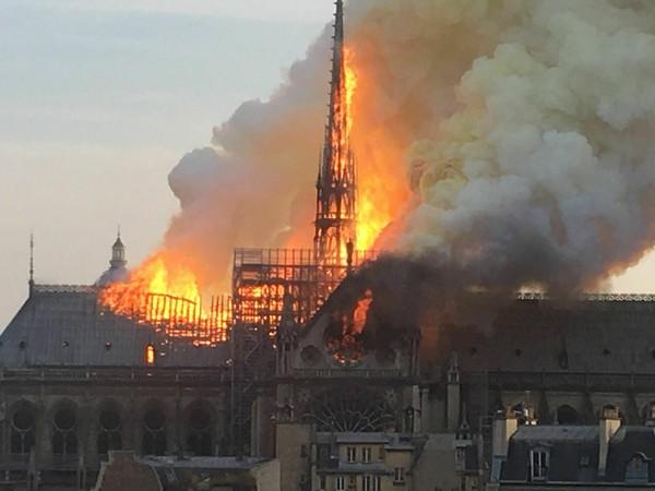 ▲▼▲擁有850年歷史的巴黎聖母院發生大火,中央尖塔已經被燒毀。(圖/美聯社)