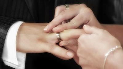 希望女友戴上 「前任拒收的求婚戒」!摳門男被罵爆:有良心嗎