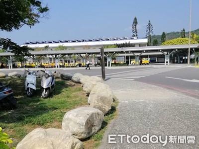 景觀巨石做阻隔 台鐵台東站違停已改善