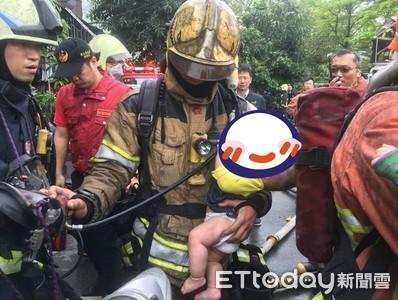 消防弟兄「帥抱1歲嬰」萬人淚讚