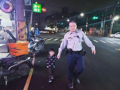 3歲男童車陣中邊跑邊哭 暖警帶他找爸媽