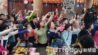 郭董返「發跡廟」 大媽支持:他總統、韓國瑜副手