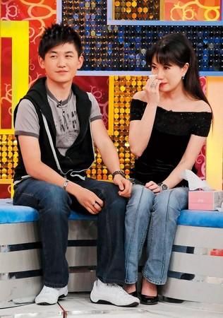 老虎牙子執行長林志隆的獨子林浩權(左),曾與生母戈偉如(右)一起上節目。(衛視中文台提供)