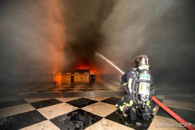 聖母院燒15小時 灌救畫面曝光