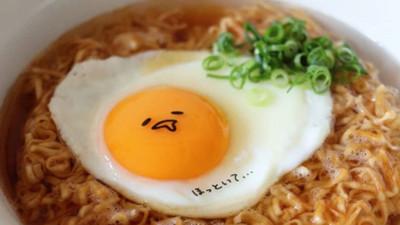 泡麵送蛋黃哥「可吃裝飾貼」!一放軟爛:這顆蛋...可能...是...我哥