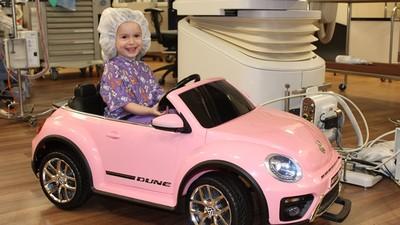 坐超跑進手術室!病童開粉色金龜車醫院趴趴造 緊張全都飛走啦