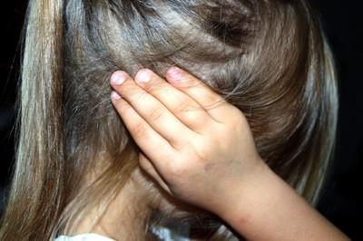 4歲女童慘遭母親同居男友抽皮帶 整夜被綁