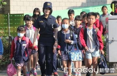 善警換裝首日 宣導學童認識警察新裝