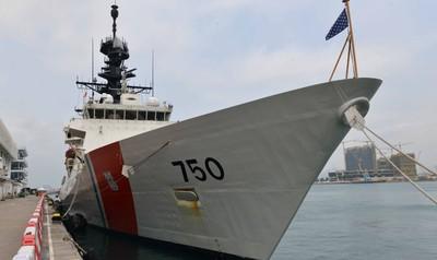 美海巡艦穿越台灣海峽後停泊香港