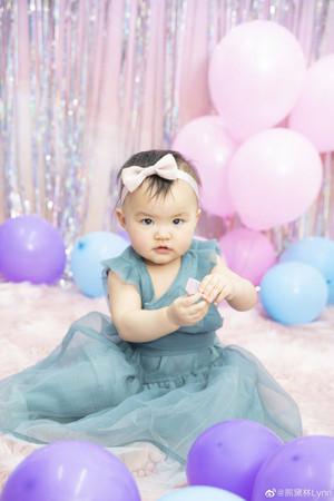 ▲熊黛林曬照慶祝雙胞胎女兒滿1歲生日。(圖/翻攝自微博/熊黛林Lynn)