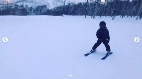 ▲5歲Jasper學會游蝶式!應采兒驕傲:覺得好棒。(圖/翻攝自Instagram/應采兒)