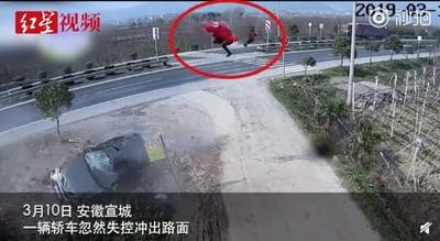 抱1歲兒坐副駕駛 下秒被甩10公尺