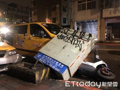 司機開車突休克 撞倒電箱波及2車