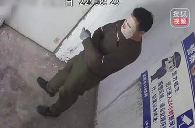 天真哥「面膜貼臉」偷充氣娃娃 敗人臉辨識上