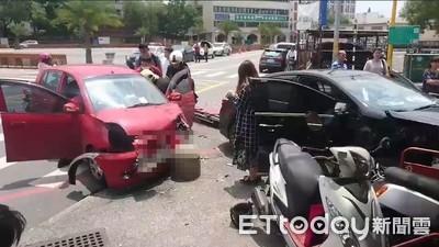2車花蓮路口碰撞 「石墩擋下」救門口2小孩