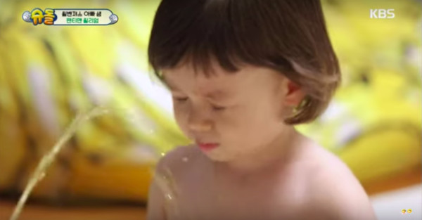 ▲▼幫弟換尿布⋯威廉被尿在臉上!「懂事反應」網讚:好哥哥(圖/翻攝自KBS)