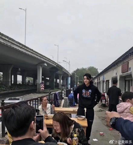 ▲吳亦凡南京麵館吃麵。(圖/翻攝自微博)