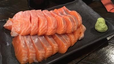 鮭魚生魚片「吃到飽只要200塊」!北海道薄野「飯場狼」連和牛都有