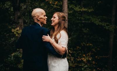 與癌父共舞成最後回憶 新娘棄婚紗照改拍全家福 父女情深惹哭上萬網友