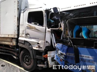 台中連環追撞 警消破壞車體救3人