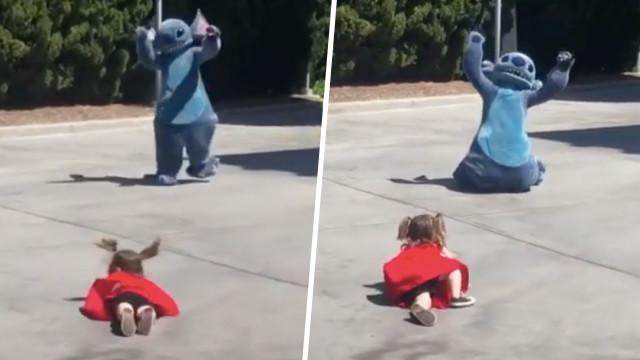 在迪士尼仆街也好幸福!小女孩偶像面前跌倒 史迪奇超敬業化解尷尬