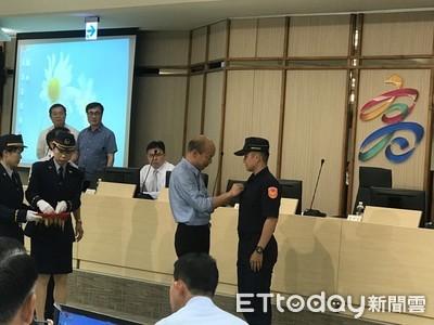 2警英勇擊斃通緝犯獲破格擢升 韓國瑜親授階