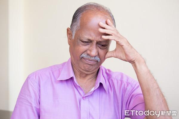 ▲▼示意圖,壓力,頭痛,健康,難過,煩惱,高血壓,鬱悶,老年,老人,年紀。(圖/記者林宜潔攝)