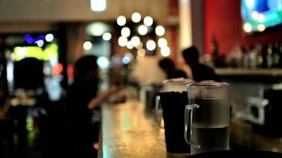 酒吧合照多一人!「前房客」被騙財色含怨死 散髮現身蹭美男