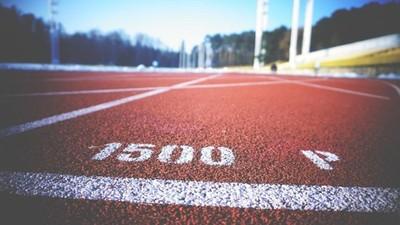 跑步比賽「比誰跑最慢!」聰明師改變接力賽規則 傲嬌女學生卯起來跑