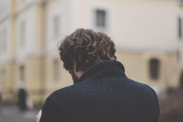 ▲▼ 男子,男人,背影,低頭。(圖/取自免費圖庫Pixabay)