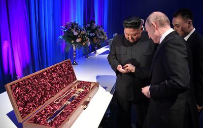 金正恩贈朝鮮寶劍 普丁回送硬幣