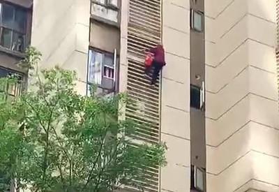 大陸驚現80歲「蜘蛛人」自15樓往下攀