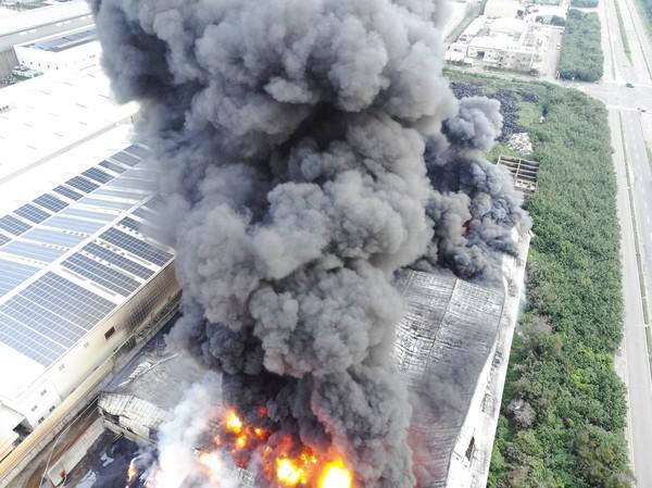 ▲▲線西鄉廢棄輪胎廠大火空拍圖。(圖/阿鋒AMOS提供)