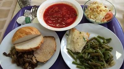 俄學生餐廳超雷「清水雜菜湯」 她花200台幣淚吞:連調味都沒有